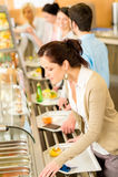 La mujer de negocios elige la comida fría del almuerzo de la cafetería Fotografía de archivo