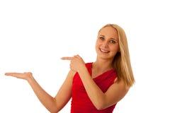 La mujer de negocios en camisa roja que señalaba en espacio de la copia aisló o Imagen de archivo