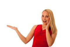 La mujer de negocios en camisa roja que señalaba en espacio de la copia aisló o Fotografía de archivo libre de regalías