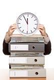 La mujer de negocios en oficina tiene presión de tiempo Imagen de archivo