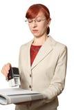 La mujer de negocios en sellos de los vidrios Imagenes de archivo
