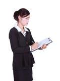 La mujer de negocios escribe la información en el tablero aislado en blanco Imágenes de archivo libres de regalías