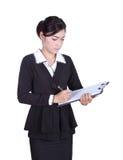 La mujer de negocios escribe la información en el tablero aislado en blanco Imagenes de archivo
