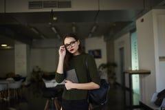 La mujer de negocios está aumentando sus habilidades en un encargado que espera de moda de la universidad privada para la present Imagen de archivo