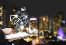 La mujer de negocios está enviando el márketing del correo electrónico Fotos de archivo libres de regalías