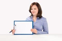 La mujer de negocios está sosteniendo un tablero Imágenes de archivo libres de regalías