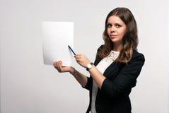 La mujer de negocios está sosteniendo una hoja de papel Fotos de archivo libres de regalías