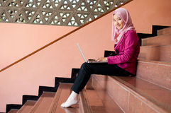La mujer de negocios está trabajando con el ordenador portátil Foto de archivo libre de regalías
