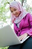 La mujer de negocios está trabajando con el ordenador portátil Fotografía de archivo libre de regalías