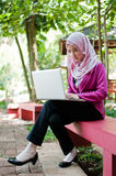 La mujer de negocios está trabajando con el ordenador portátil Fotografía de archivo
