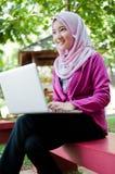 La mujer de negocios está trabajando con el ordenador portátil Fotos de archivo libres de regalías