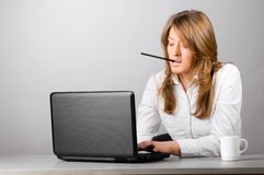 La mujer de negocios está trabajando difícilmente fotografía de archivo