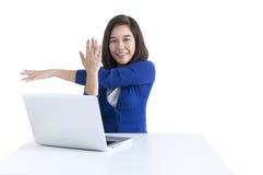 La mujer de negocios estira con el ordenador portátil en frente Fotografía de archivo