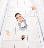 La mujer de negocios excitó las palmas aumentadas las manos de los brazos Imagen de archivo