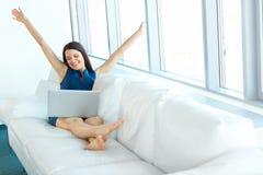 La mujer de negocios feliz celebra trato acertado en su oficina B Foto de archivo libre de regalías