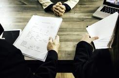 La mujer de negocios femenina presenta la solicitud de trabajo a los encargados y a los comités, departamentos del reclutamiento  foto de archivo