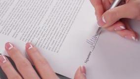 La mujer de negocios firma un acuerdo metrajes