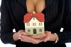 La mujer de negocios hace publicidad de las propiedades inmobiliarias fotos de archivo libres de regalías