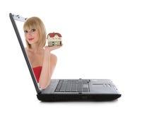 La mujer de negocios hace publicidad de las propiedades inmobiliarias en blanco Fotos de archivo libres de regalías