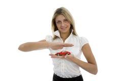 La mujer de negocios hace publicidad de vender los coches Fotos de archivo libres de regalías