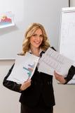 La mujer de negocios hace publicidad del proyecto Fotos de archivo libres de regalías