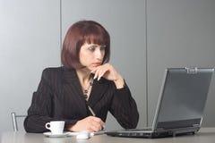 La mujer de negocios hermosa concentrada Fotografía de archivo libre de regalías