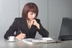 La mujer de negocios hermosa concentrada Imagen de archivo