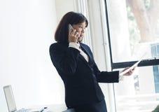 La mujer de negocios hermosa está trabajando Foto de archivo libre de regalías