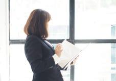 La mujer de negocios hermosa está trabajando Imagen de archivo libre de regalías