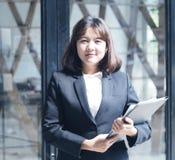 La mujer de negocios hermosa está trabajando Fotos de archivo libres de regalías