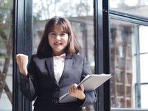 La mujer de negocios hermosa está trabajando Imagenes de archivo