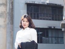 La mujer de negocios hermosa está trabajando Imagen de archivo