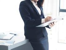 La mujer de negocios hermosa está trabajando Fotografía de archivo