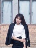 La mujer de negocios hermosa está trabajando Imágenes de archivo libres de regalías
