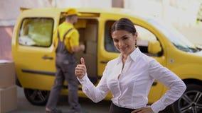 La mujer de negocios hermosa muestra un pulgar para arriba outdoor almacen de metraje de vídeo