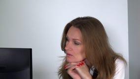 La mujer de negocios hermosa sufre la tensión que trabaja con el ordenador que siente cansado metrajes