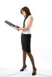 La mujer de negocios japonesa joven que mira la nota Fotografía de archivo libre de regalías