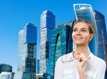 La mujer de negocios joven celebra los vidrios y la mirada para arriba con la inspiración fotos de archivo