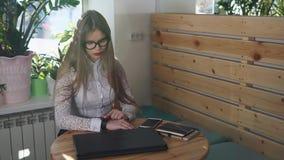 La mujer de negocios joven comprueba los relojes elegantes antes de encontrar con a clientes importantes metrajes