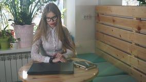 La mujer de negocios joven comprueba los relojes elegantes antes de encontrar con a clientes importantes almacen de metraje de vídeo