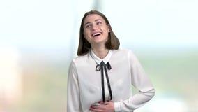 La mujer de negocios joven hermosa está riendo metrajes