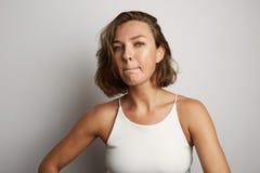 La mujer de negocios joven incurrió en una equivocación, foto del estudio en un fondo blanco Fotos de archivo