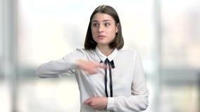 La mujer de negocios joven irritada está discutiendo almacen de metraje de vídeo