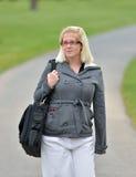 La mujer de negocios joven que camina en invierno/salta temprano Foto de archivo libre de regalías