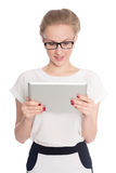 La mujer de negocios joven utiliza una tableta Foto de archivo