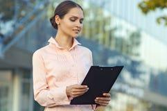La mujer de negocios lee el documento Foto de archivo libre de regalías