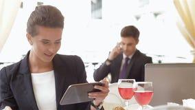 La mujer de negocios lee el mensaje almacen de metraje de vídeo