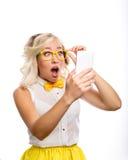 La mujer de negocios mira el teléfono en sorpresa Imágenes de archivo libres de regalías