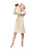 La mujer de negocios mira a través de los prismáticos Fotografía de archivo