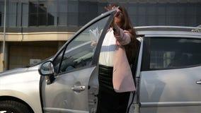 La mujer de negocios de moda con los papeles financieros sale del coche Señora Is Going To del negocio un trabajo metrajes